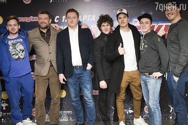 Актеры сериала «Молодежка» и режиссер проекта Андрей Головков