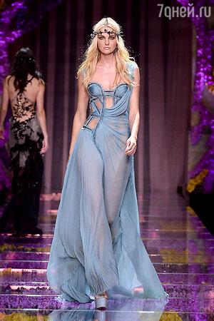Модель показа Atelier Versace