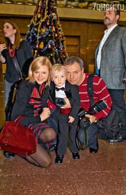 Самый элегантный гость елки Макар Мохов с папой Александром и мамой Дарьей Калмыковой
