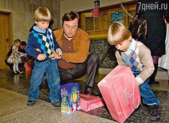 Подарки — дело важное. Маша Шукшина занята на съемках, поэтому ее сыновей Фому и Фоку привел на праздник папа Борис