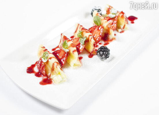 Равиолли из филиппинского ананаса с лаймовым маскарпоне и клубникой от шеф-повара Виктора Апасьева, ресторан «Тарантино»