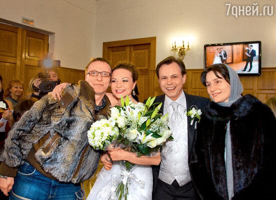 Поздравить новобрачных приехал Иван Охлобыстин сженой Оксаной. Ивана молодожены считают кем-то вроде своего ангела-хранителя