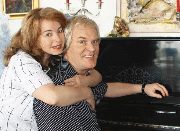 С Леной мы вместе уже почти сорок лет. Это официально, да еще больше года перед загсом