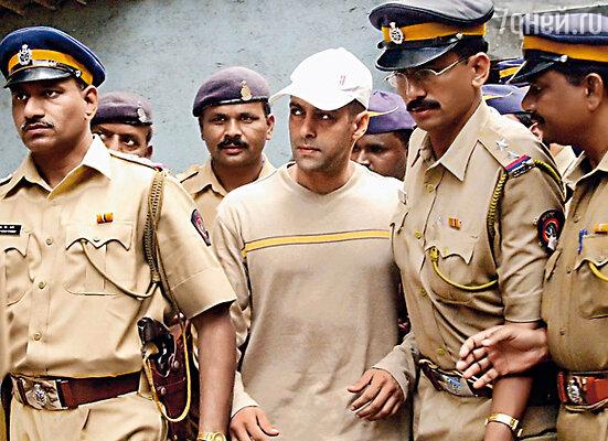 Знаменитому актеру Салману Кхану все сходило с рук... На фото: Кхана ведут в участок после того, как он сбил по дороге нищего
