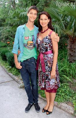 Ирина Чериченко с 14-летним сыном Филиппом, покорившим Марину Голуб
