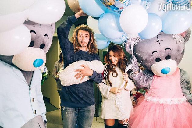 Айза Анохина с мужем и новорожденным сыном Элвисом