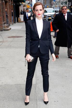 Эмма Уотсон в костюме от Saint Laurent