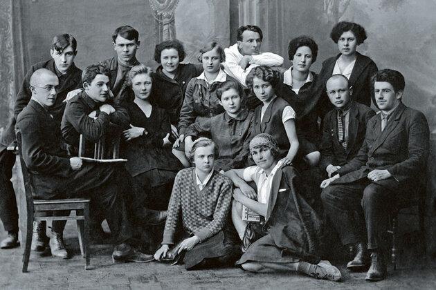 Ольга Берггольц со студентами III курса ЛГУ