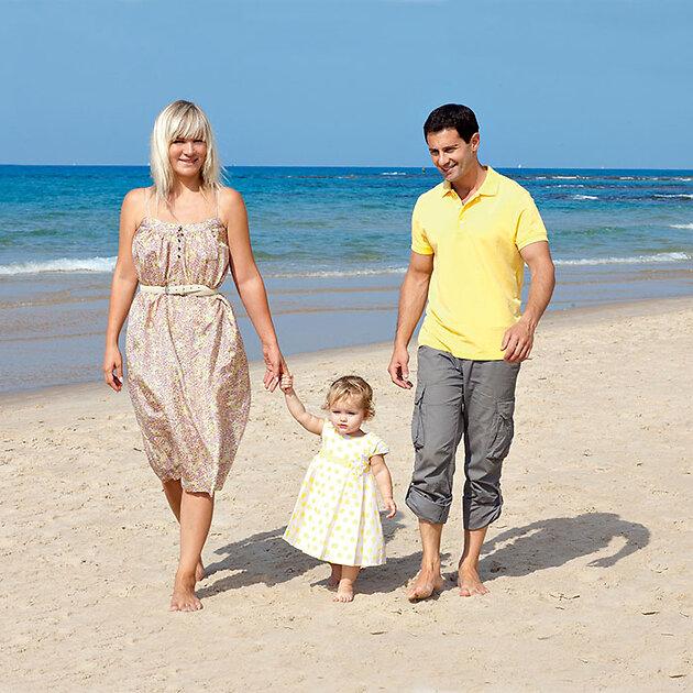 Антон Макарский с женой Викторией и дочерью Машей на берегу Средиземного моря