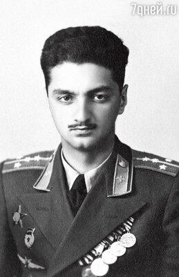 Отец Алексей Анастасович — заслуженный военный летчик, участник Великой Отечественной войны