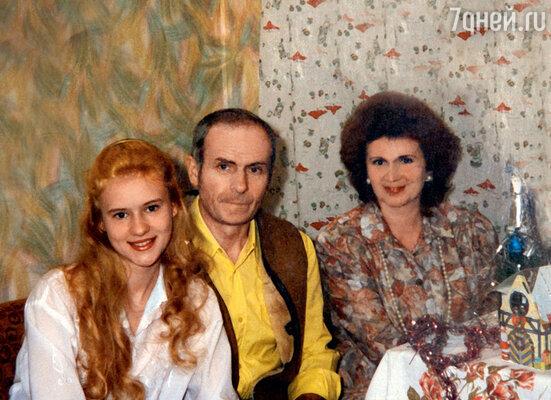 С родителями Ольгой Валентиновной и Виктором Николаевичем дома в Одинцово. 1996 г.