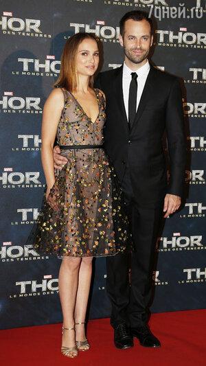 Натали Портман с мужем Бенджамином Мильпье на премьере фильма «Тор 2: Царство тьмы» в Париже