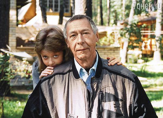 Мне как единственной на тот момент внучке, дед привозил красивые платьишки, сумочки и беретики. С Олегом Ефремовым
