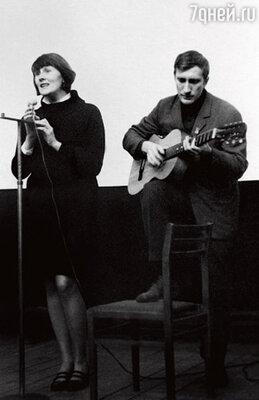 «У меня были влюбленности. Но ни разу рядом не появлялся человек, с которым хотела бы прожить жизнь, очень уж я требовательная в этом смысле. И все-таки встретила. Было время бардов, мы оба писали песни, и это нас сблизило...»