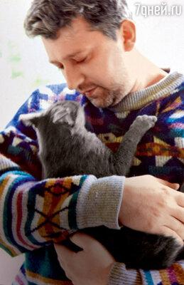 «Сын пришел ко мне с кошкой, его любимицей, на плече. О чем-то незначительном мы разговаривали, вдруг Сашка закашлялся, стал оседать, и… все. Моего ребенка не стало...»
