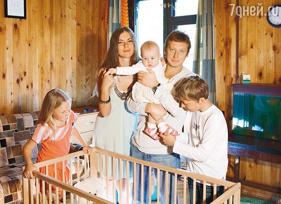 Михаил Трухин с женой Анной Нестерцовой и детьми Дашей, Соней и Егором