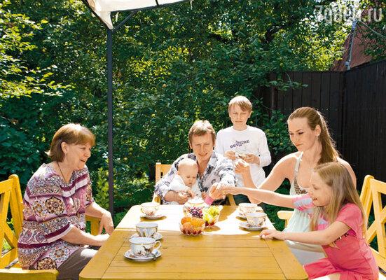 С маленькой Соней Ане помогает мама Валентина Алексеевна