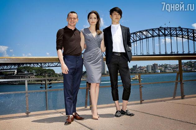 Анджелина Джоли с  Джеком О'Коннеллом ияпонским рок-музыкантом Мияви