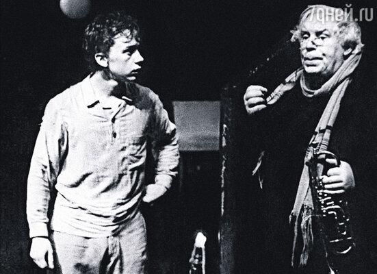 Вадим Демчог (слева) в спектакле Ленинградского ТЮЗа «Шел мальчишке 13-й год», 1983 г.