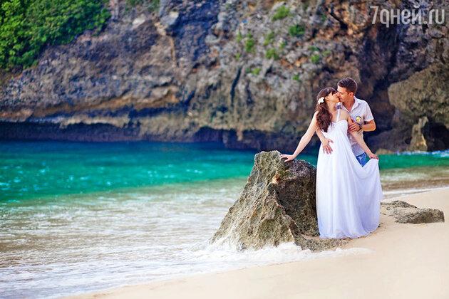 Символическую свадебную церемонию можно устроить на белоснежном пляже