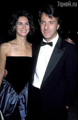 Жена Хоффмана Лиза пожертвовала карьерой ради семьи. 1986 г.