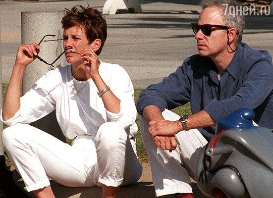 Джейми Ли Кертис влюбилась в Кристофера Геста, увидев его фото наобложке. 2000 г.