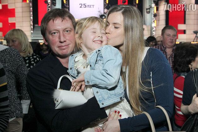 Михаил Трухин с женой и дочерю на юбилейном концерте группы «Любэ»