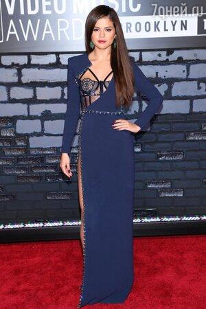 Селена Гомес в платье из коллекции Atelier Versace на церемонии MTV Video Music Awards