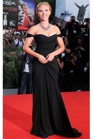 Скарлетт Йоханссон в платье от Versace на Международном Венецианском кинофестивале