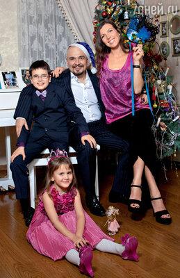С женой Настей и детьми Лизой и Ваней