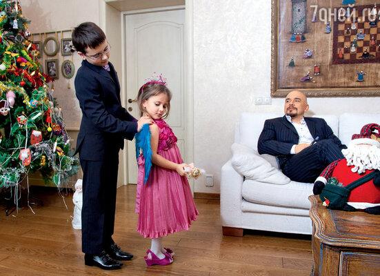 «Когда спрашивают: «Как легко встать 1 января?» — отвечаю: «Заводите маленьких детей, они вас поднимут лучше любого будильника»