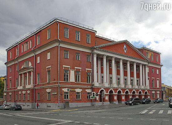 Московская площадь Разгуляй, названная по стоявшему здесь когда-то кабаку, издавна пользовалась у москвичей дурной славой. А все потому, что на рубеже XVII-XVIII веков здесь в деревянных домах поселился сподвижник Петра I, граф Яков Брюс