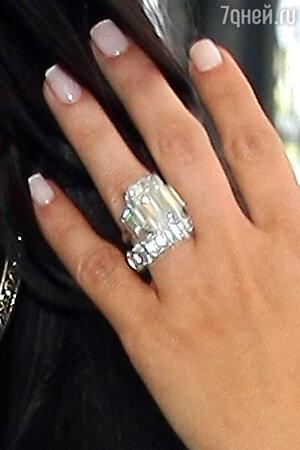 Обручальное кольцо, которое Крис Хамфрис  подарил Ким Кардашьян на помолвку,  было продано им за 749 тысяч долларов. Покупатель предпочел остаться неизвестным