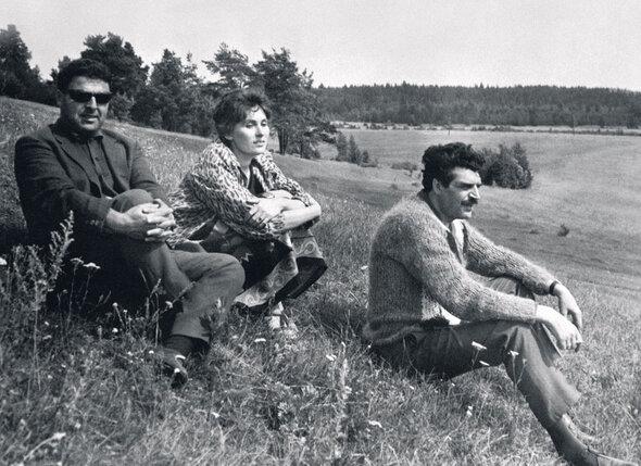Лидия Козлова, Михаил Танич иего друг композитор ЯнФренкель на съемках картины «Женщины», длякоторой они в тандеме писали песни. 1965 г.