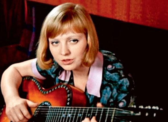 «Светлана Крючкова все свои творческиевечера заканчивает песней Танича из фильма«Большая перемена». Кадр из фильма. 1973 г.