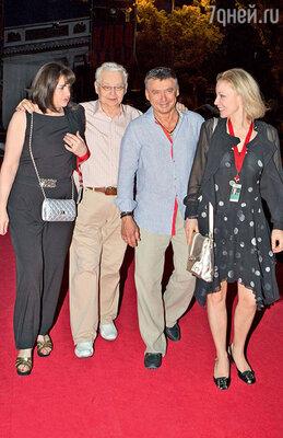 Олег Табаков со своим старшим сыном Антоном, женой Мариной Зудиной игостьей фестиваля «Кинотавр»
