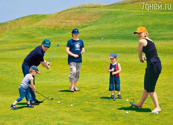 Вся компания не отказала себе в удовольствии поиграть в гольф