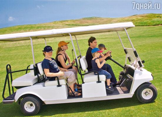 Электромобили, в которых передвигаются по гольф-клубу, привели малышей в восторг