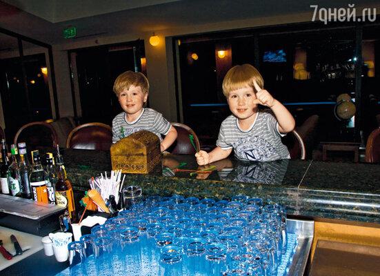Посещение этого бара русскими близнецами официанты запомнят надолго...