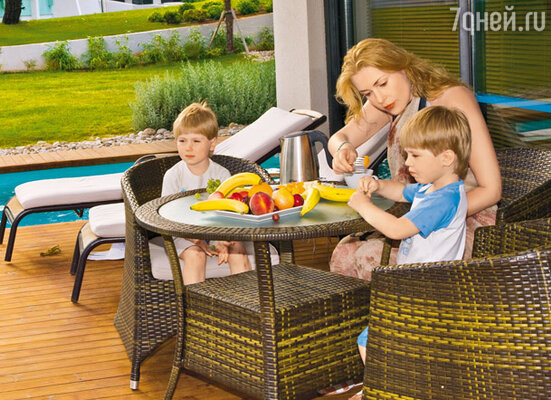 О питании в семье много спорят. Мама кормит фруктами, а хочется-то блинчиков!..