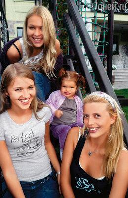В Москву приехала моя младшая сестра Даша, средняя, Алена, уже к тому времени жила в столице, училась. С сестрами и дочкой