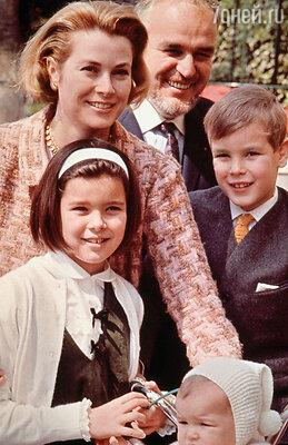 Грейс Келли с мужем, князем Монако Ренье III и детьми  Каролиной, Альбером и Стефанией