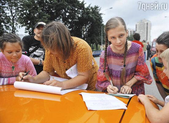 В перерывах между съемками дети окружали актеров с просьбой дать автограф и сфотографироваться.