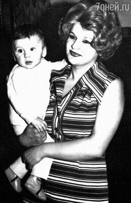 С мамой Людмилой Владимировной. 1976 г.