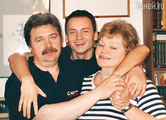 С мамой и отчимом Александром