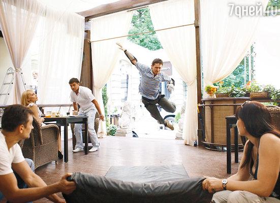 Влетая в ресторан следом за убежавшей обезьяной, герой Чадова падает. В экстремальном эпизоде актера заменил каскадер
