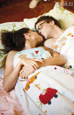 В комедии даже постельные сцены снимают с юмором. Очки у героев Чадова и Сони Смольниковой — принципиальная часть образа!