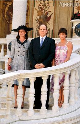 С сестрами Каролиной и Стефанией Альбер меня не знакомил