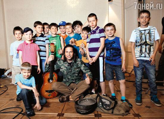 Герой Реввы — артист пришел наконцерт вмузыкальную школу ксвоей дочери ипопал в руки юных фанатов