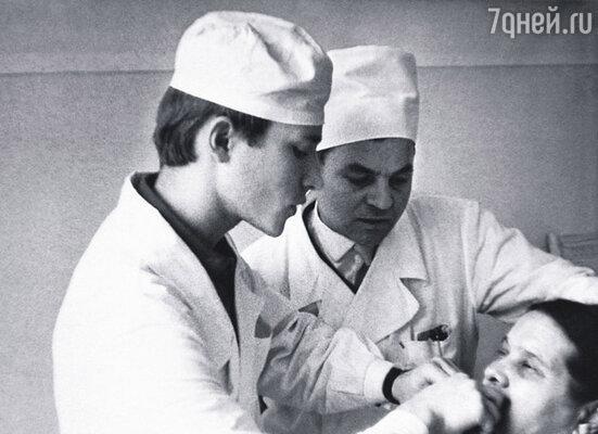 Мама Володи считала, что будущее музыканта очень зыбкое и уговорила его поступать в медицинский, на отделение стоматологии. На фото: В.Мигуля на практике в больнице